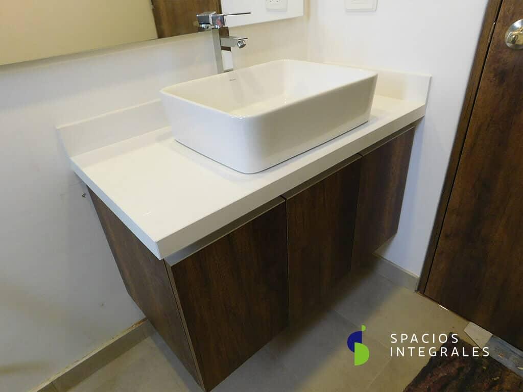 Mueble de baño flotante elaborado en Melammina Novopan, mesón en Caesarstone Blanco Polar.