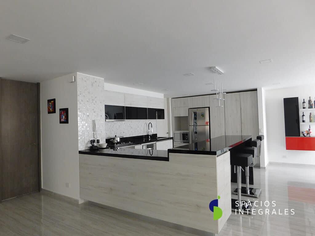 Cocina Integral con acabado en Melamina Kaindl Oak, Diseño U, mesón doble nivel.