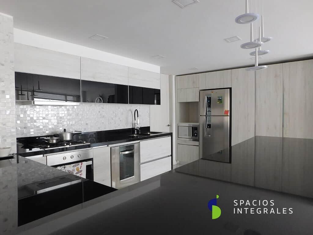 Cocina Integral con mesón en granito natural Negro Aboluto, puertas marco aluminio vidrio doble faz negro.