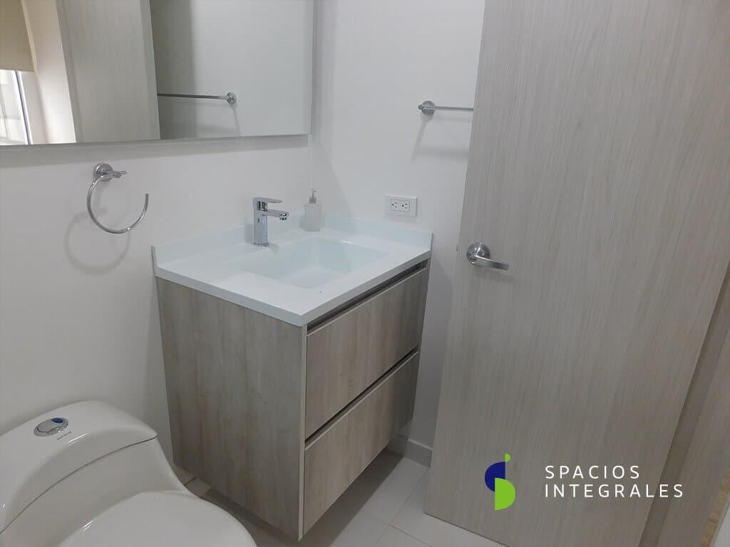 Mueble de baño y puerta elaborados en Melamina Tablemac, lavamanos en fibra de vidrio cuadrado.