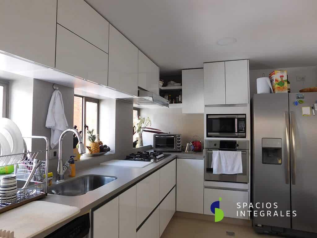 Cocina Integral elaborada en High Gloss Lamitech, perfilería gola en aluminio.