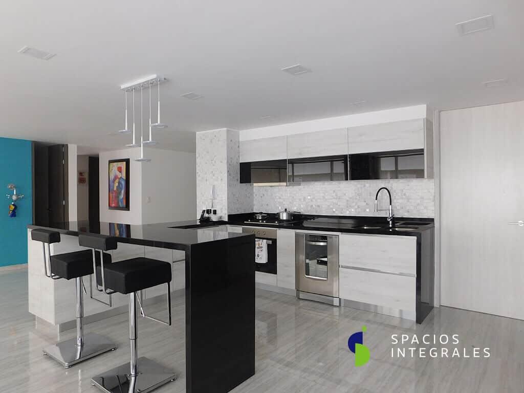 Cocina Integral con electrodomésticos Teka, grifería de lujo y puertas horizontales madera-vidrio en Mecanismo Freefold.