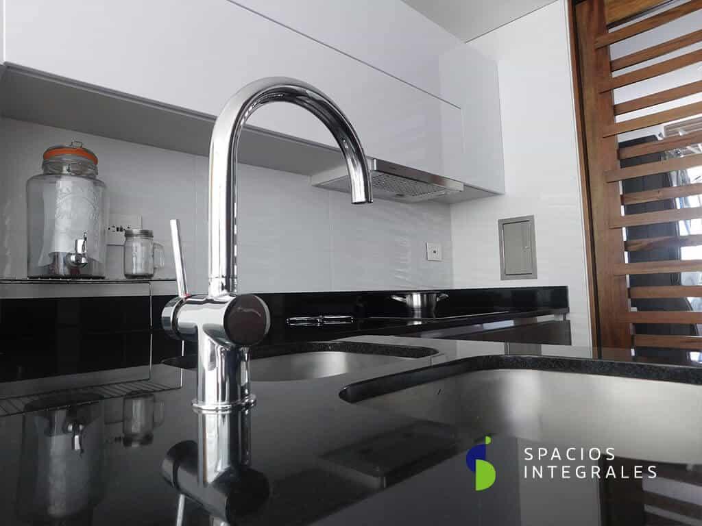 Cocina Integral con campana extractora Faber de incrustar, módulo superior con mecanismo Avento para puerta doble.