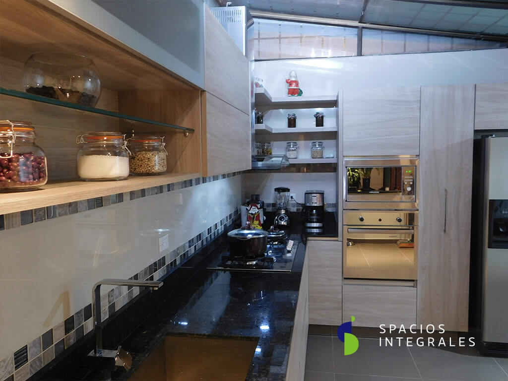 Cocina Integral elaborada en Melamina Tablemac, mesón en granito natural Verde Ubatuba.
