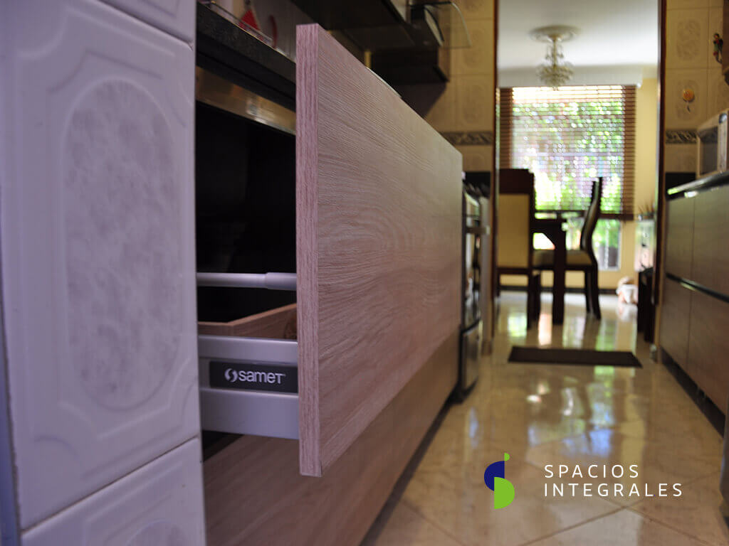Cocina Integral elaborada en Melamina Tablemac, mesón Gris Cenio y cajonería Smart Box Turca.