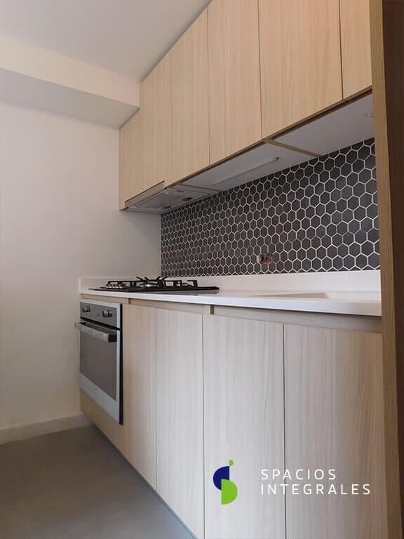 Cocina Integral elaborada en Melmaina Tablemac, campana Faber de incrustar, puertas veta vertical.