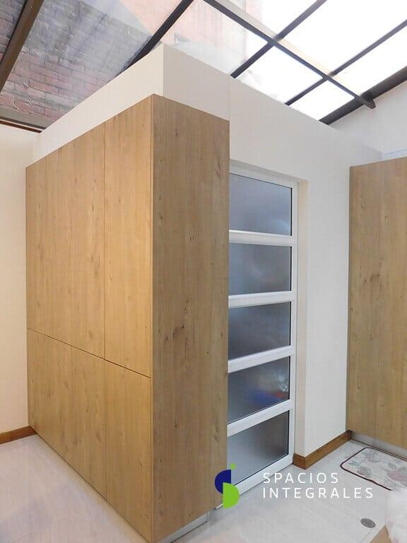 Módulo zona ropas elaborado en Melamina Kaindl Hemlock, puertas push doble cara.
