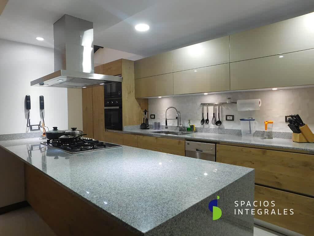 Cocina Integral elaborada en Melamina Kaindl Hemlock, puertas superiores en Poliuretano escarchado.