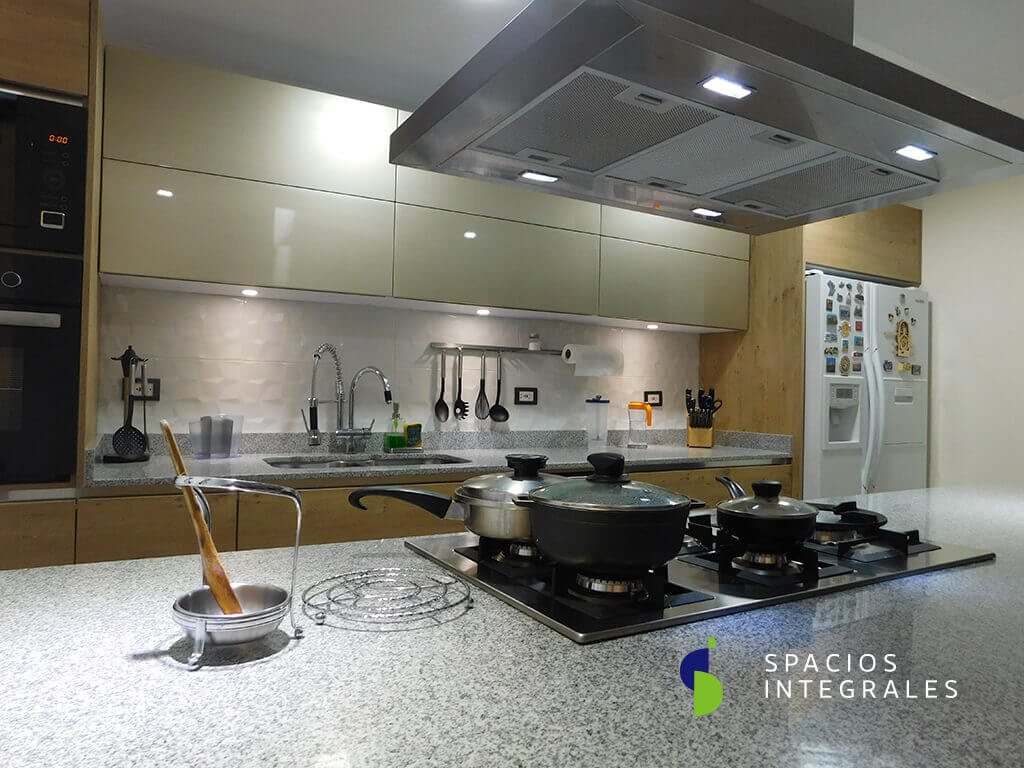 Cocia Integral elaborada con Mesón Granito Jaspe, luces módulos superiores Domus Line de empotrar.