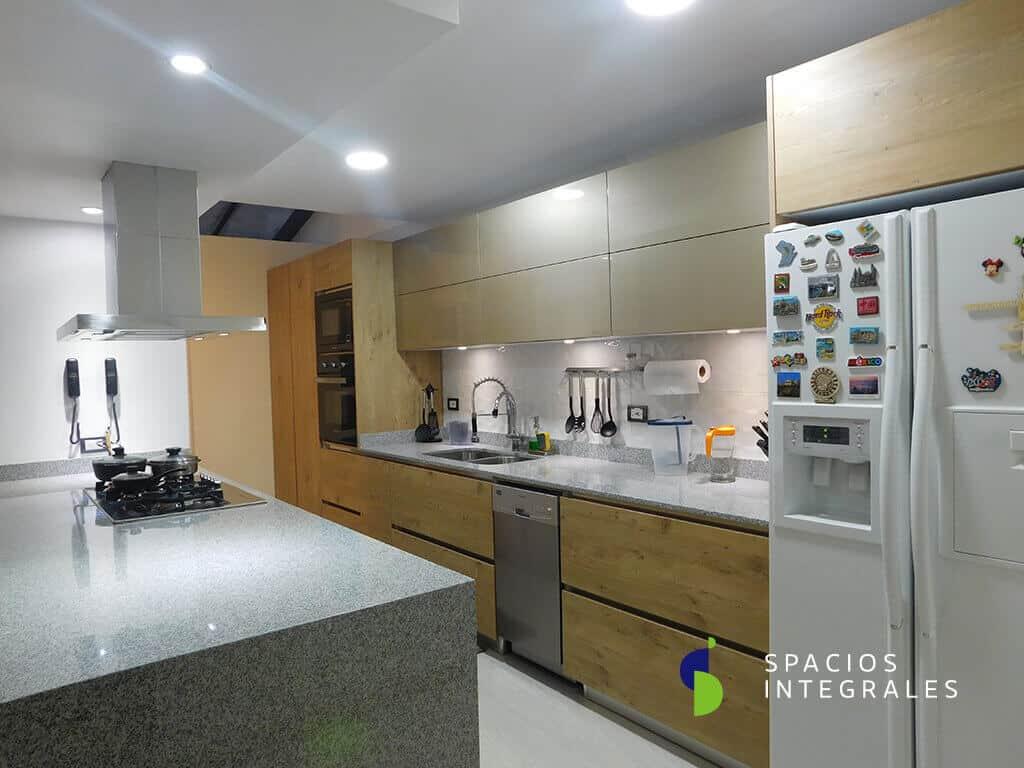 Cocina Integral con Isla, torre de hornos, alacenas y muebles sobre nevera.