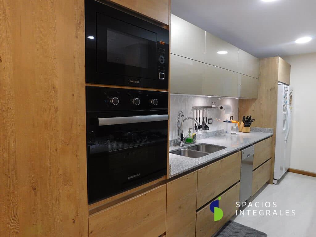 Cocina Integral con perfilería gola en aluminio, horizontal y vertical.