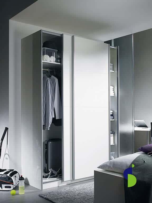Sistema corredizo con manijas horizontales para closet.