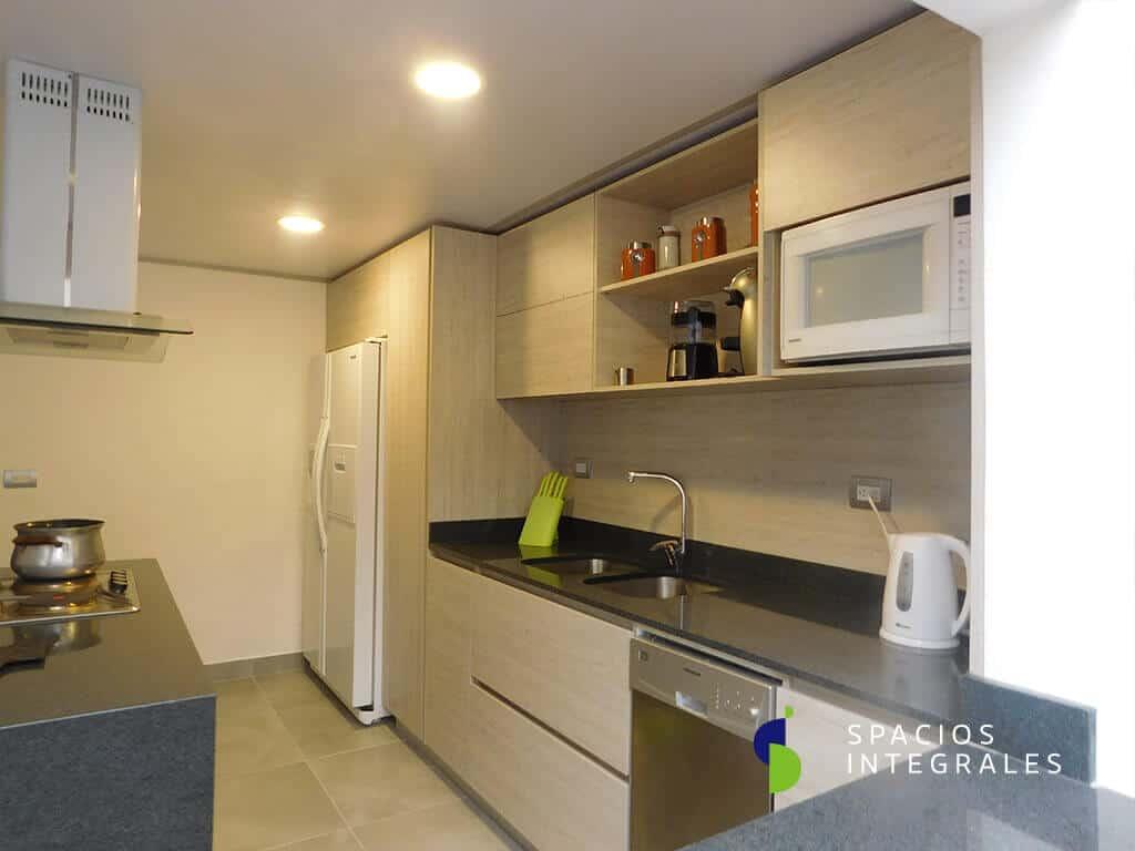Cocina Integral módulo superior abierto, alacena abatible y lavavajillas de 8 puestos.