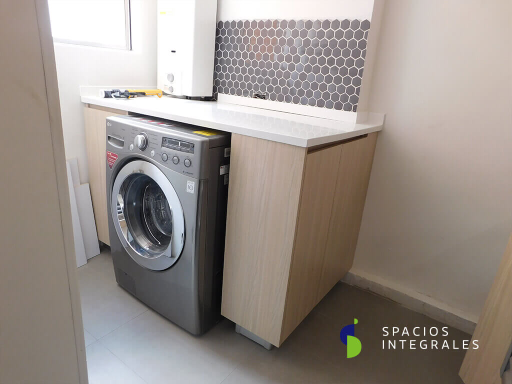 Módulo lavadero elaborado en Melamina Tablemac, mesón en fibra de vidrio.