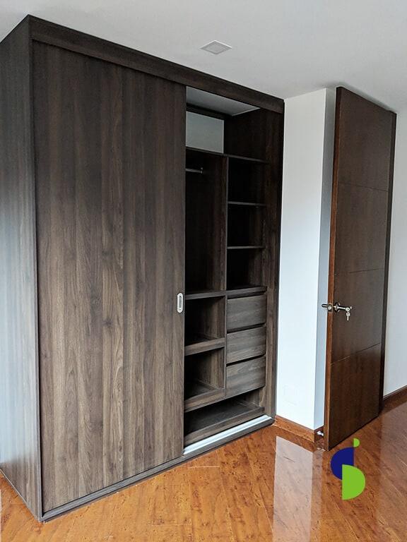 Closet moderno y sencillo en Bogotá en melamina con zapateros, cajones y organizadores