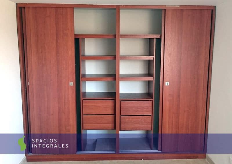 Closet en madecor y melam nico con dise o moderno y puerta for Closets modernos con television