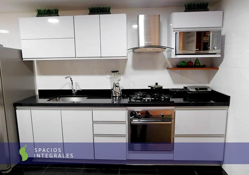 Cocina integral en f rmica con granito negro y manija for Cocinas con granito negro