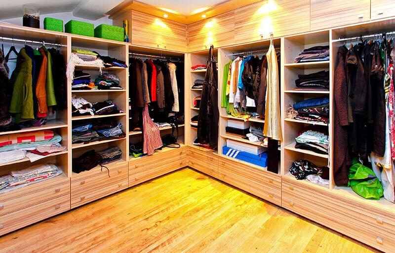 Closets funcionales para niños y adultos en madera