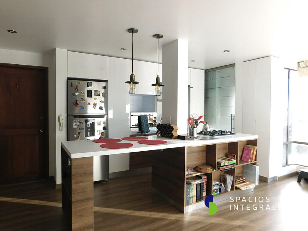 Cocina integral en melamina con torre funcional de diseño moderno, pintada en poliuretano