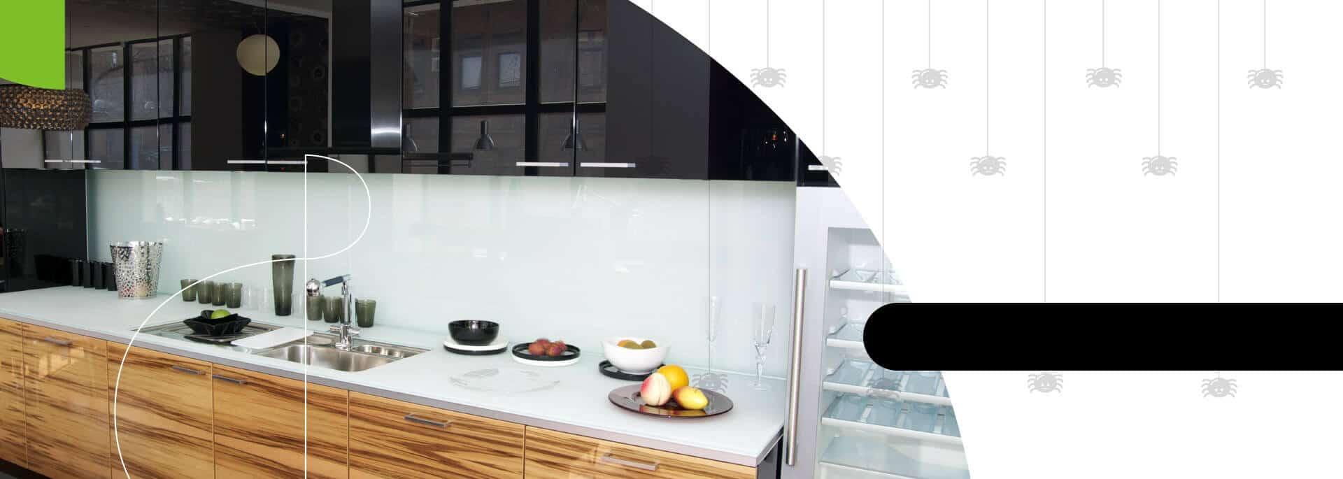 Cocina integral moderna en blanco y negro con acabados brillantes - Bogotá