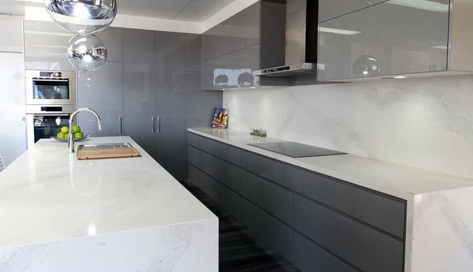 Conoce los acabados de la línea de alto brillo de nuestras cocinas integrales en Bogotá